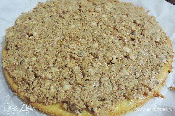 Полученную миндальную массу равномерно распределяем по пропитанному бисквиту 22см. Убрать бисквит в холодильник.