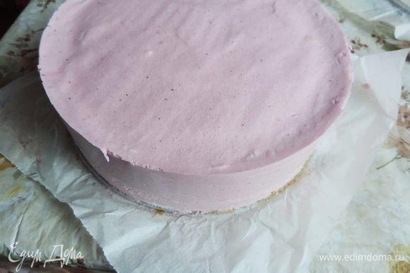 Убираем торт в морозилку на 4 часа, а лучше на ночь. Утром бока формы обдуваем феном и снимаем кольцо.