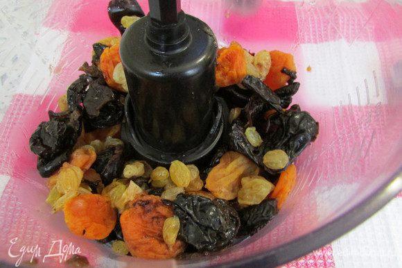 Затем слить воду. Сухофрукты выложить в чашу блендера и измельчить до однородности.