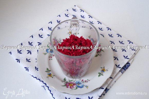 В подготовленные стаканы выложить закуску слоями: первый слой кускус.