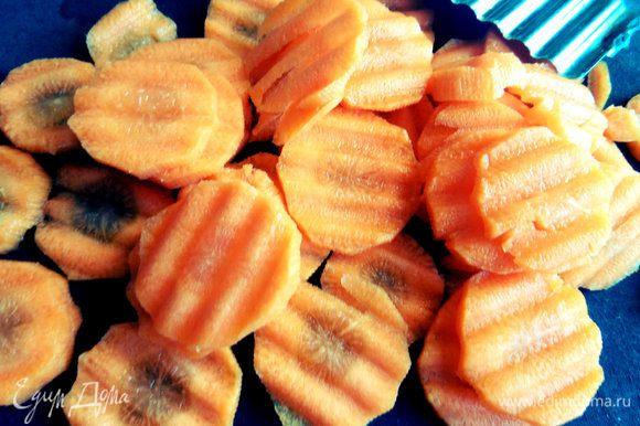 Морковь нарезать кружочками фигурным ножом.
