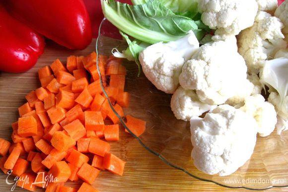 Овощи помыть. Морковь , лук порезать крупным кубиком, каждый овощ положить в отдельную посуду. Капусту разобрать на соцветия.