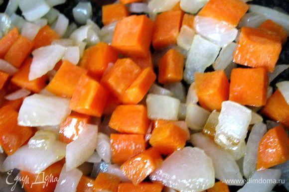 Цветную капусту отварить (3 минуты), откинуть на сито. Разогреть сковороду с маслом (горчичное, кунжутное, арахисовое, миндальное), обжарить лук (1-2 минуты). Добавить морковь и готовить 5 минут, помешивая.