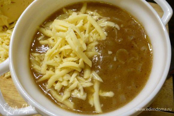 Готовый суп горячим раскладываем по тарелкам, посыпаем тертым сыром ( по 50 грамм на порцию) и подаем на стол. Приятного аппетита!