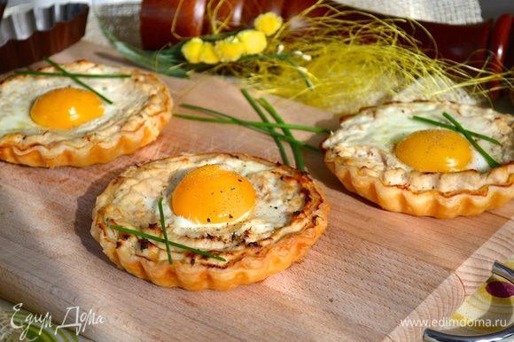 Готовые тарталетки присыпать сверху свежемолотым черным перцем (петрушкой, по желанию) и подавать! Очень вкусно и ярко!