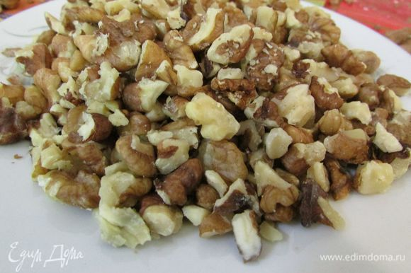 Орехи порубить и прокалить на сковороде.
