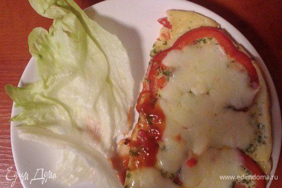 Можно посыпать тертым сыром, добавить кетчуп, горчицу, что угодно по вашему вкусу. Подавать в теплом виде.