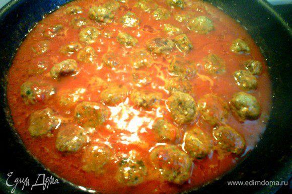Добавляем воду, томатный соус и готовим 15-20 минут. Приятного аппетита.