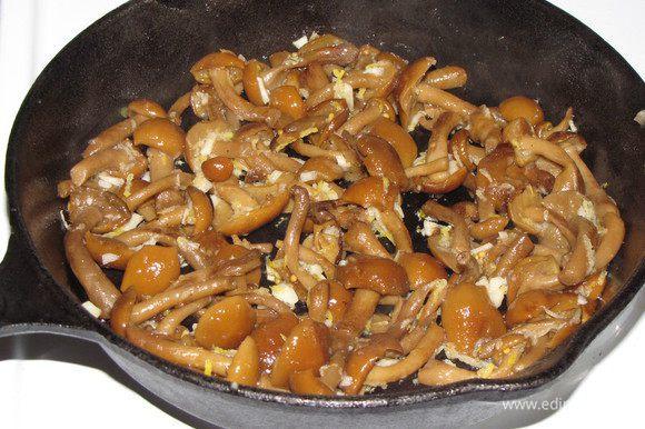 Грибы разморозить, отжать лишнюю влагу. Обжарить на растительном масле до готовности, добавить измельченный чеснок, цедру лимона, по вкусу посолить и приправить перцем, жарить еще 1-2 минуты. Остудить.