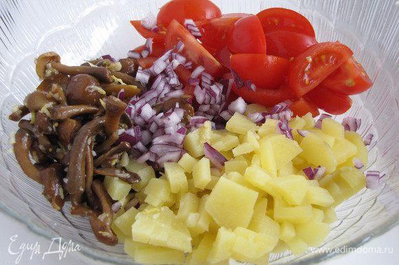 Картофель нарезать кубиками, помидоры черри разрезать на 4 части. Лук измельчить.