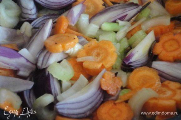 4. В этом же масле 5 минут обжарить овощи. Затем переложить их в сотейник с курицей.