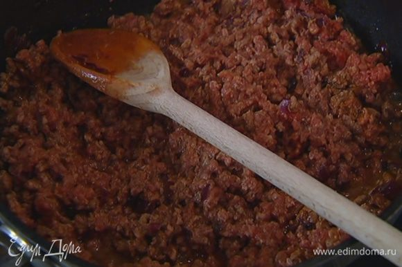 Говядину измельчить в мясорубке, добавить к луку со специями, влить 100 мл портвейна, все перемешать и готовить 7–10 минут на медленном огне.