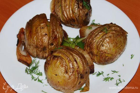 К мясу можно подать также приготовленный в тандыре картофель (сделаны надрезы как серпантин, с специями и проложенными кусочками сала между собой). Нанизываем картофель на шампура и так жарим (опять же в тандыре это получается вместе с мясом примерно одновременно).