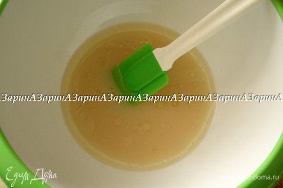 Добавить мед, соль и растительное масло.