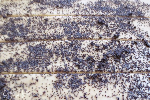 Равномерным слоем распределяем маковую начинку. Разрезаем лист на полоски, шириной примерно 5-6 см.