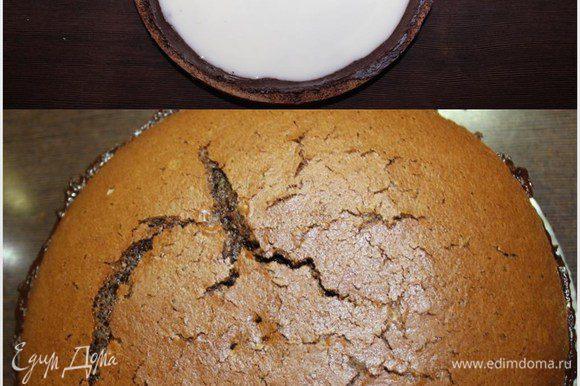 Затем достаем коржи с застывшим шоколадом и выкладываем помадку в полость нижнего коржа. Остается только соединить части бисквита, покрыть оставшимся ганашем верх и бока торта и заняться декором.