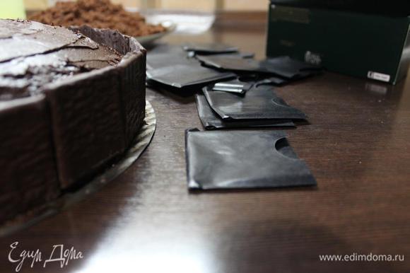 """Я украсила бока торта шоколадно-мятными пластинками (можно просто кусочками шоколада или шоколадной лентой). Если ганаш застыл к моменту """"приклеивания"""" декора, то можно подтопить его раскаленным на огне ножом/ложкой."""