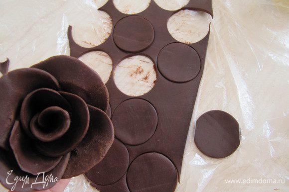 При помощи формочки вырезать кружочки. Руками придаем форму и толщину лепестков розы.Собираем розу, лепесток за лепестком, формируем розу. Так же делаем листья.