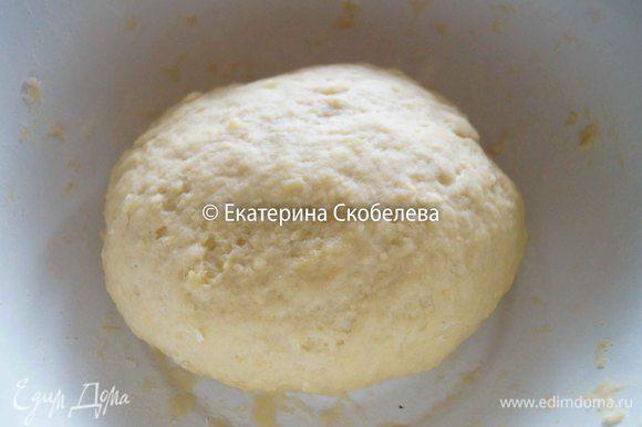 """К тертому картофелю добавить муку и крахмал, влить яичную смесь. Замесить тесто, скатать его в шар и дать ему """"отдохнуть"""" в сторонке минут 30."""