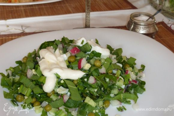 Кладем необходимое нам количество салата в тарелку и только тогда его солим, одновременно добавляем заправку. Я люблю со сметаной и иногда, по настроению, еще добавляю немного майонеза. Можно сдобрить салат любым растительным маслом, тоже вкусно , а главное минимум калорий. Оставшийся салат накрываю пленкой и ставлю в холодильник, на следующий день он такой же свежий.