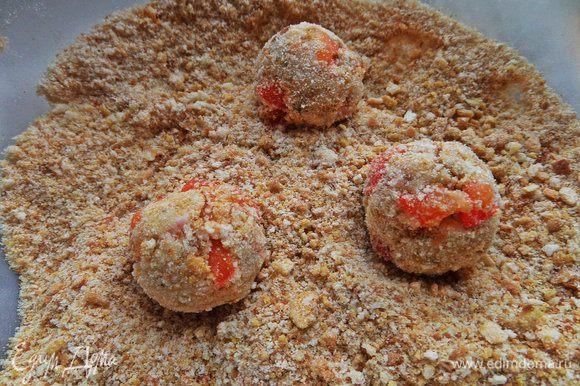 Катаем шарики размером с грецкий орех в сухарной крошке.