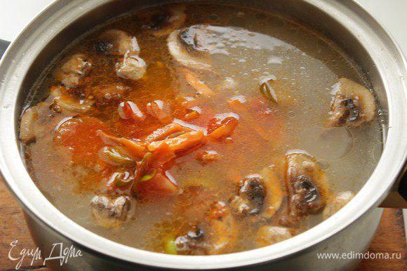 Добавить к супу обжаренные овощи, на медленном огне поварить суп еще минут 15-20 мин. Дать постоять.