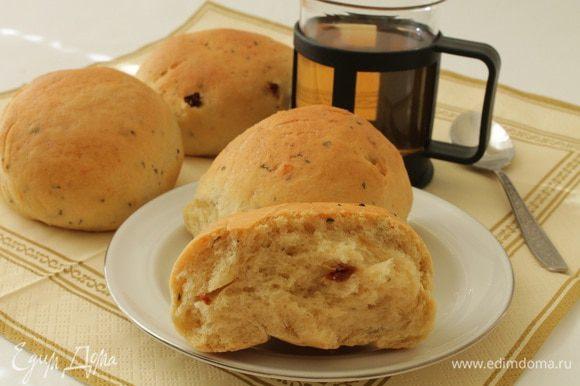 Верх булочек смазать водой с добавлением сахара. Выпекать булочки при 180 градусах 20-25 минут. Готовые булочки достать из духовки, накрыть полотенцем и дать постоять 5-10 минут. Приятного вам аппетита!
