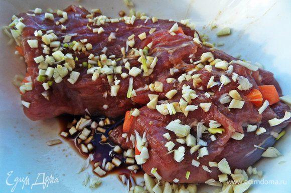 Обсыпать мясо со всех сторон в толчёном чесноке.