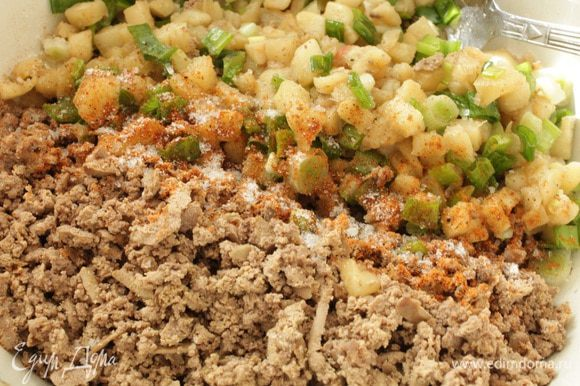 Остывшую печень натереть на крупной терке или измельчить в процессоре, добавить к ней яблоки с луком, молотый мускатный орех, соль и перец по вкусу, перемешать.