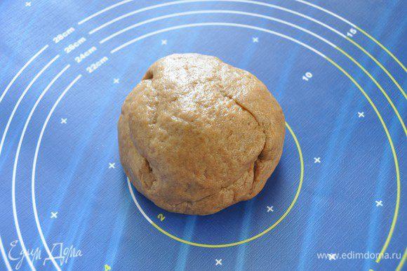 Скатать тесто в шар, завернуть в пленку и убрать в холодильник.