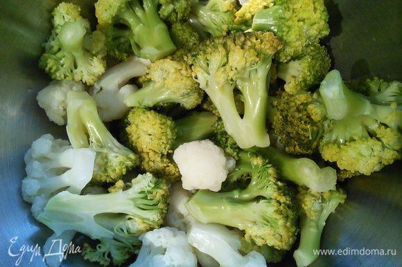 Брокколи отварите в слегка подсоленой воде в течении 5 минут, откиньте на дуршлаг, дайте стечь воде, охладите. У меня скучал в холодильнике кусочек цветной капусты, я пустила его в салат.