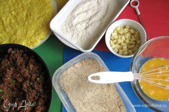 Миску с водой, в которой будете слегка смачивать руки в случае необходимости. Сковороду с начинкой. Миску с нарезанными кусочками сыра. Приготовьте деревянную дощечку, на которую будете складывать аранчини перед тем, как опускать во фритюр. Палочку, которой будете прокалывать аранчини. Яйца взбить венчиком.