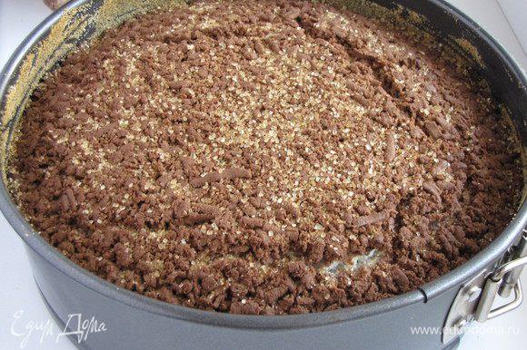 Готовый пирог остудить в форме. Сверху можно присыпать коричневым сахаром (по желанию).