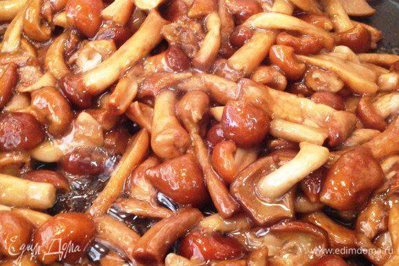Поджаренный лук переложить в тарелку, в этой же сковороде растопить 1 ст.л. масла и поджарить грибы, посолить и тушить под крышкой на среднем огне минут 20. Лишняя влага должна вытопиться.