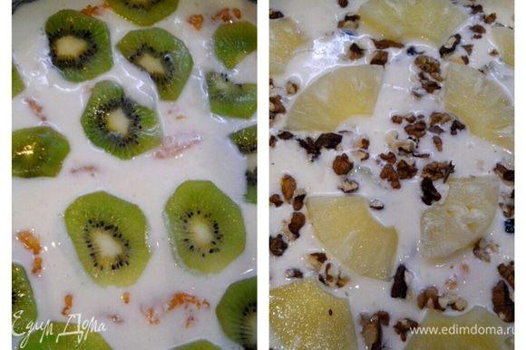 Выкладываем кусочки киви, сверху выливаем порцию творожной массы, посыпаем орехами, изюмом и выкладываем кусочки ананаса. Снова заливаем массой.