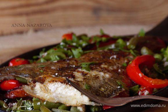 Подавать рыбу на подушке из овощей. Приятного аппетита!