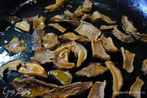 Разогреть в сковороде оставшееся оливковое масло, на сильном огне быстро обжарить грибы.