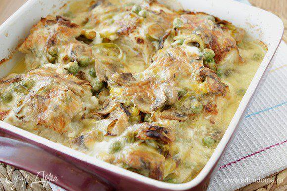 Поставить в разогретую до 180 градусов духовку. Запекать минут 15-20, до зарумянивания сыра.