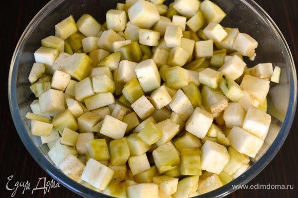 Баклажаны очистить от кожуры и нарезать небольшими кубиками. Положить в миску и пересыпать солью. Временно отставить.