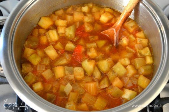 Влить горячий бульон и варить все на среднем огне еще минут 7.