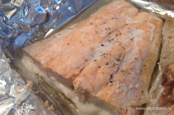 Рыбу посолите и поперчите, заверните в фольгу и запекайте в духовке 25-30 минут при 180 градусах.