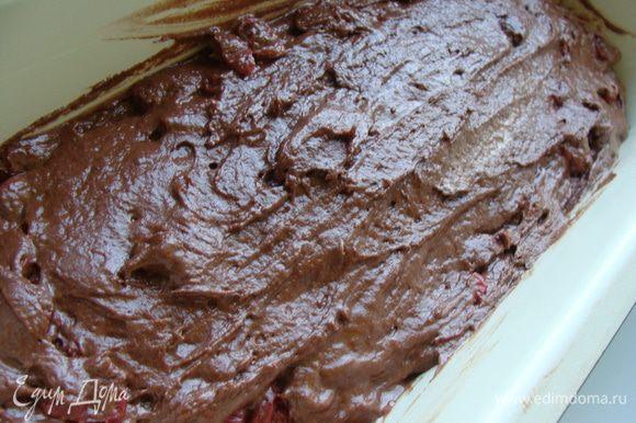 Затем в массу добавляем по одному яйца. Каждый раз тщательно взбивая. Муку просеять с какао и разрыхлителем. Перемешать. Вишню откинуть на сито и добавить в тесто. Сироп сохранить. Выложить тесто в смазанную форму.