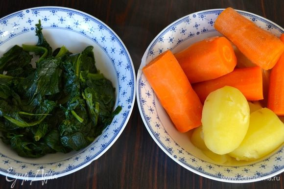 Заранее подготовить овощи; отварить морковь и картофель, очистить. Шпинат потушить до готовности.
