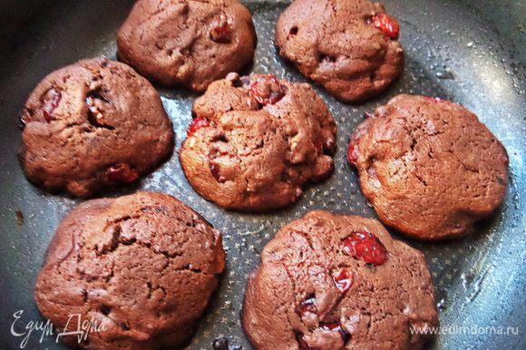 Выпекаем разогретой духовке до 180 градусов 10-13 минут. Печенье расширяется, как видите.