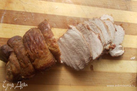 Затем завернуть мясо в фольгу и отправить минут на 20 в духовку 200С. Остудить в самой фольге. Порезать пластинками. Если используете вырезку, то можно обойтись только обжариванием, она готовится быстрее.