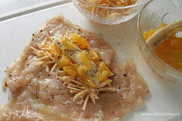 На отбитый кусок филе выкладываем сначала сыр, затем полоску банана и кусочки апельсина, немного сухого тимьяна.