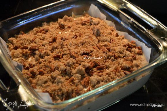 Выложить топинг поверх отдохнувшего теста , поставить кекс в разогретую духовку на 180 гр на 35-40 мин.