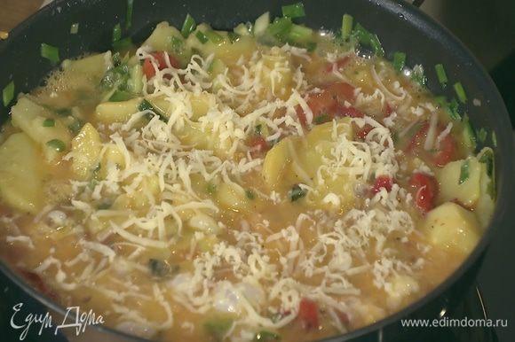 Овощи в сковороде залить яйцами и посыпать натертым сыром.