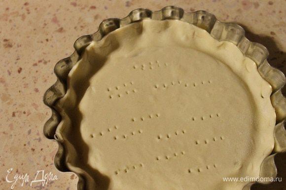 Две формочек смазать оливковым маслом. Слоеное тесто слегка раскатать, выложить в формочки, дно наколоть вилкой.