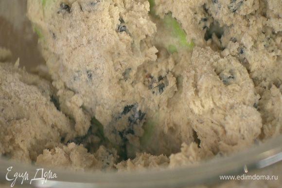 Всыпать муку с черносливом и орехами и вымешать тесто.